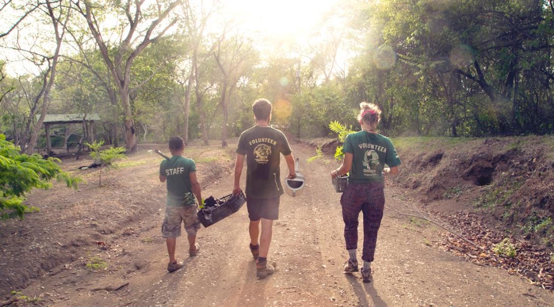 中米コスタリカのバラオンダ国立公園で植林活動に取り組む環境保護ボランティアとスタッフ